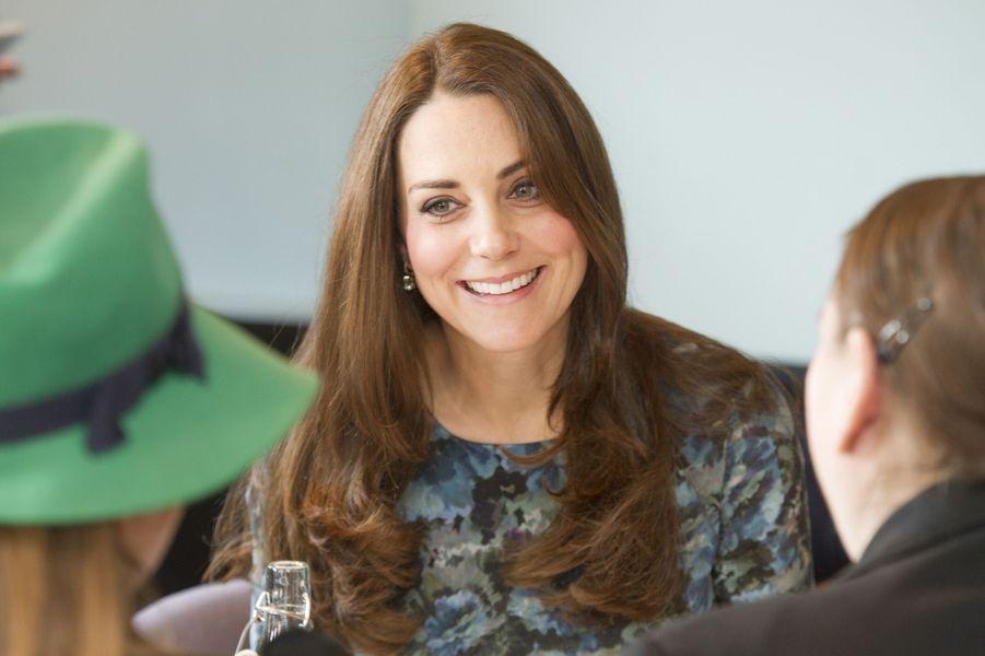 40 La Duchesse De Cambridge, Née Kate Middleton, En Visite À Kensington