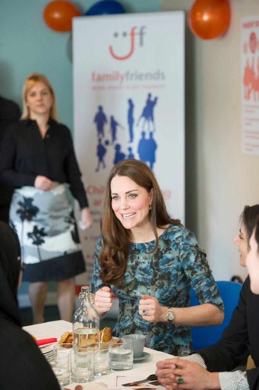 41 La Duchesse De Cambridge, Née Kate Middleton, En Visite À Kensington