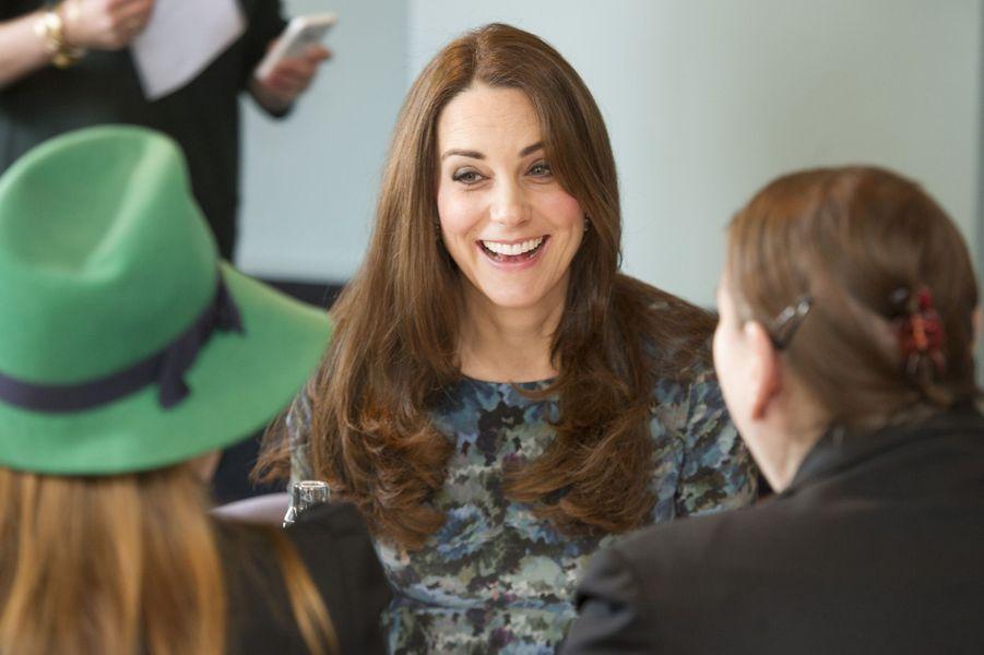 42 La Duchesse De Cambridge, Née Kate Middleton, En Visite À Kensington