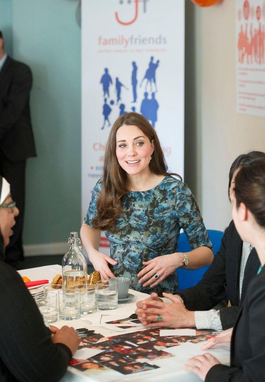 43 La Duchesse De Cambridge, Née Kate Middleton, En Visite À Kensington