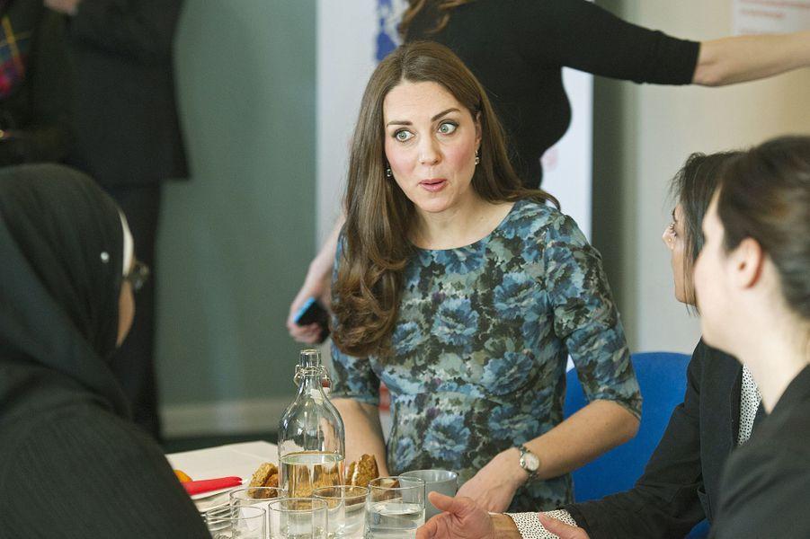 44 La Duchesse De Cambridge, Née Kate Middleton, En Visite À Kensington