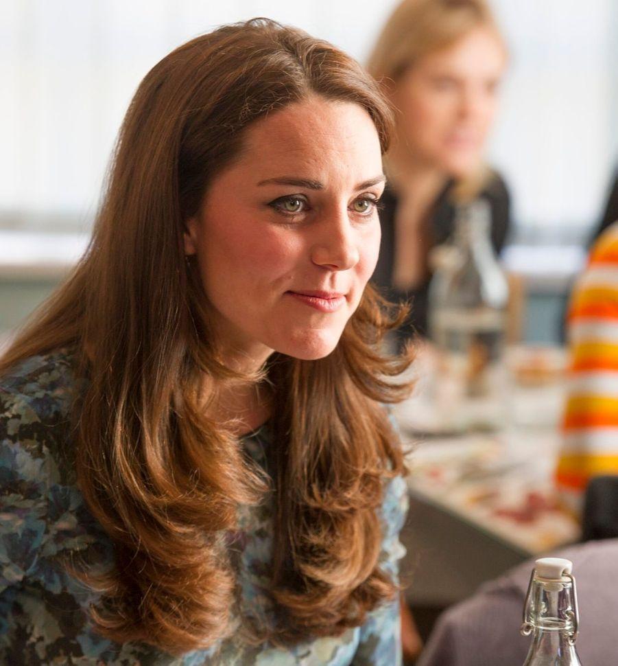 45 La Duchesse De Cambridge, Née Kate Middleton, En Visite À Kensington