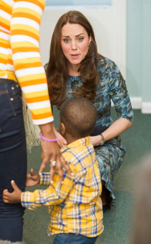 46 La Duchesse De Cambridge, Née Kate Middleton, En Visite À Kensington