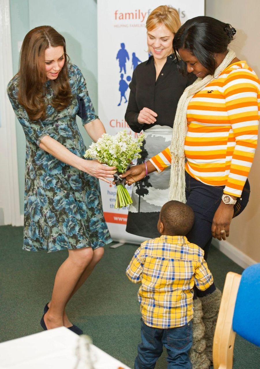 47 La Duchesse De Cambridge, Née Kate Middleton, En Visite À Kensington