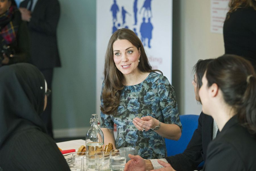 49 La Duchesse De Cambridge, Née Kate Middleton, En Visite À Kensington