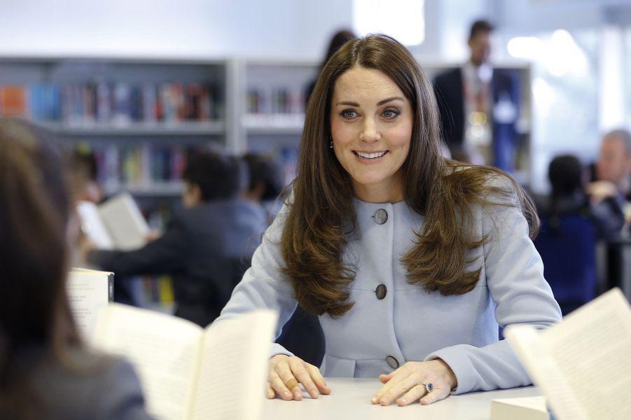 50 La Duchesse De Cambridge, Née Kate Middleton, En Visite À Kensington