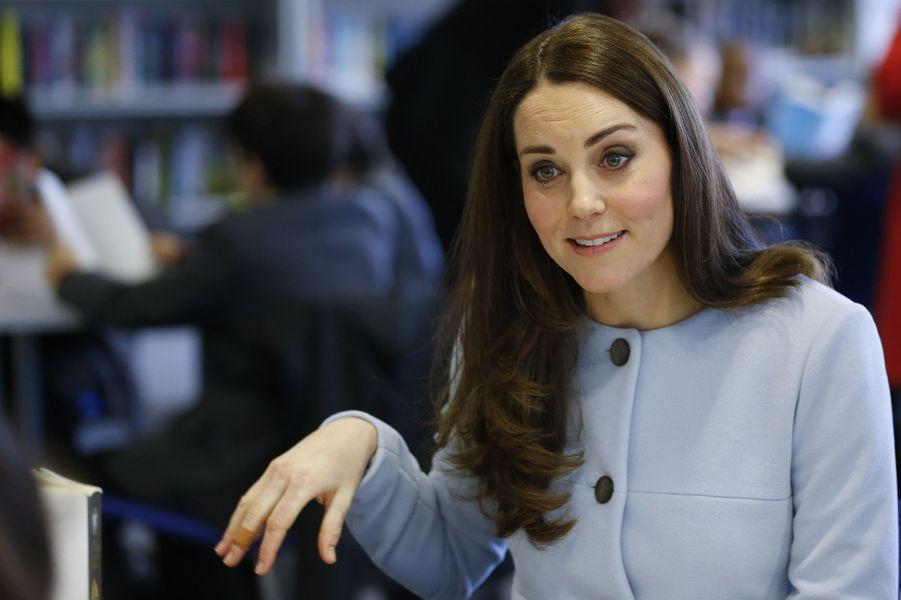 52 La Duchesse De Cambridge, Née Kate Middleton, En Visite À Kensington