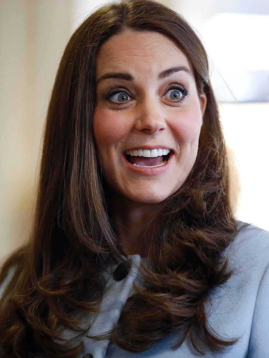 53 La Duchesse De Cambridge, Née Kate Middleton, En Visite À Kensington