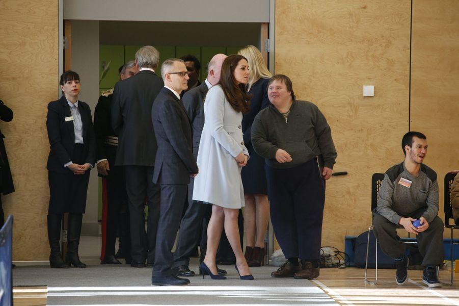 56 La Duchesse De Cambridge, Née Kate Middleton, En Visite À Kensington