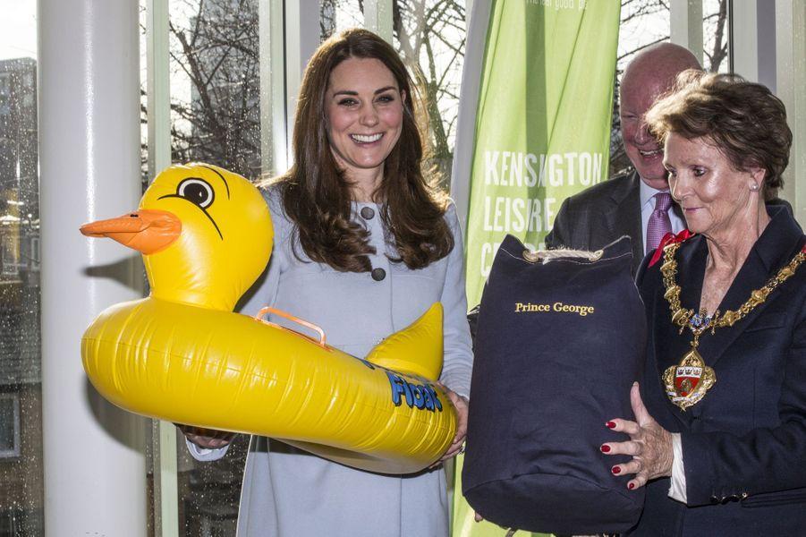 63 La Duchesse De Cambridge, Née Kate Middleton, En Visite À Kensington