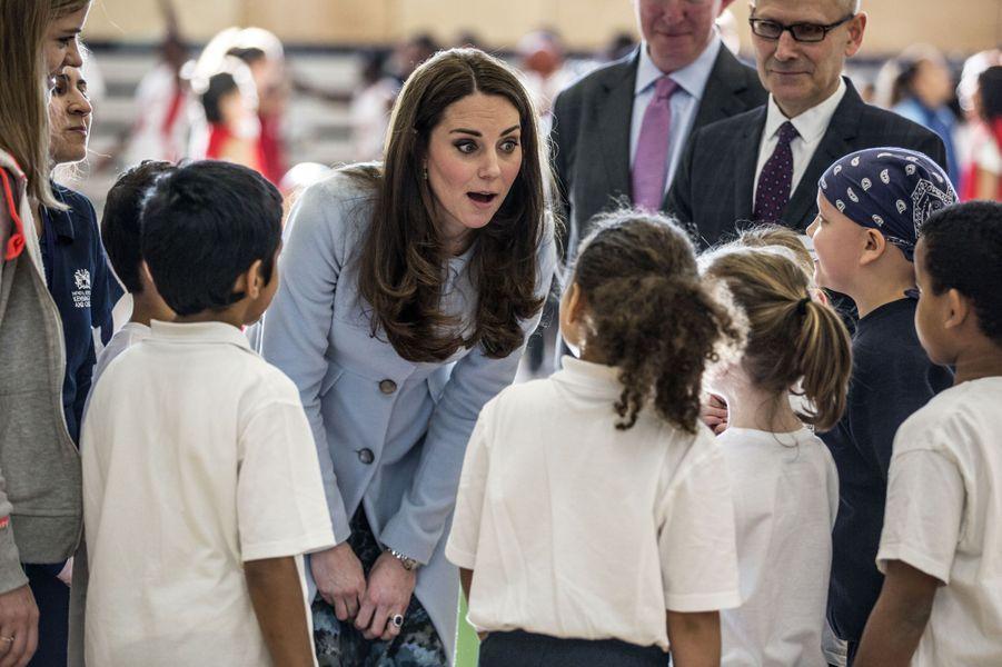 66 La Duchesse De Cambridge, Née Kate Middleton, En Visite À Kensington