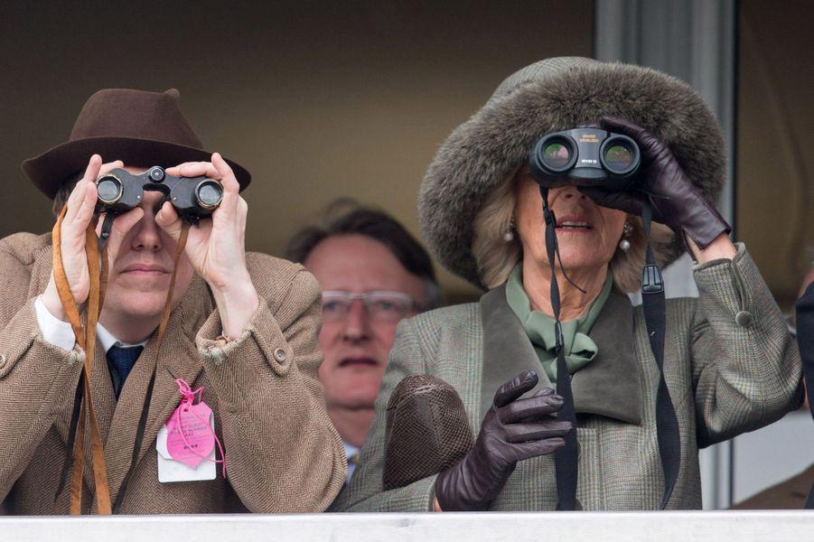 Camilla Parker-Bowles avec son fils Tom au Cheltenham Festival, le 11 mars 2015