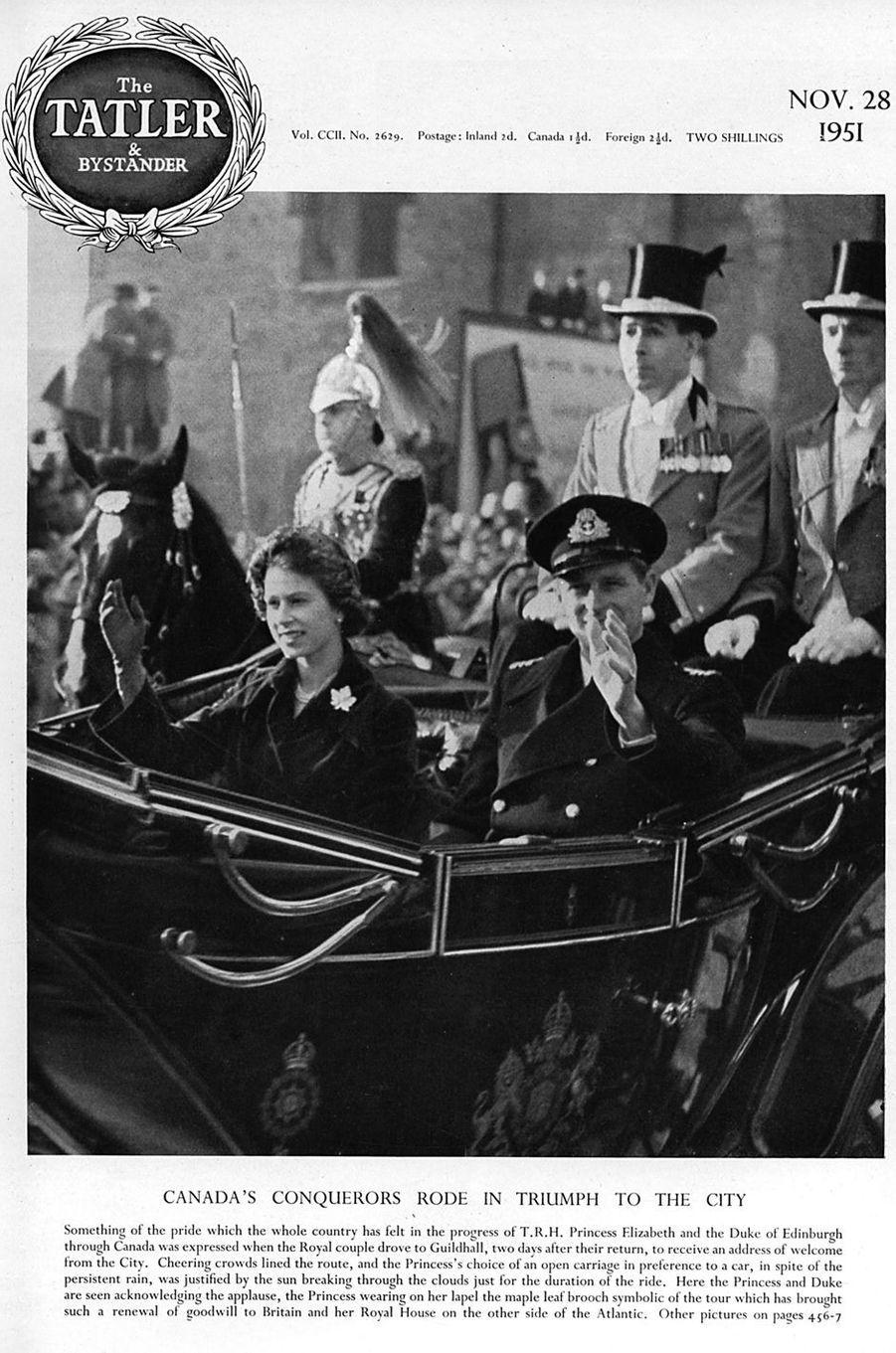 La princesse Elizabeth (future reine Elizabeth II), lors de sa première visite officielle au Canada en 1951, porte la broche feuille d'érable de sa mère la reine consort Elizabeth