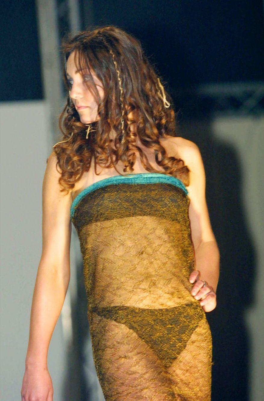 Kate Middleton, dans sa fameuse robe, lors du défilé en 2002 sous les yeux du prince William...