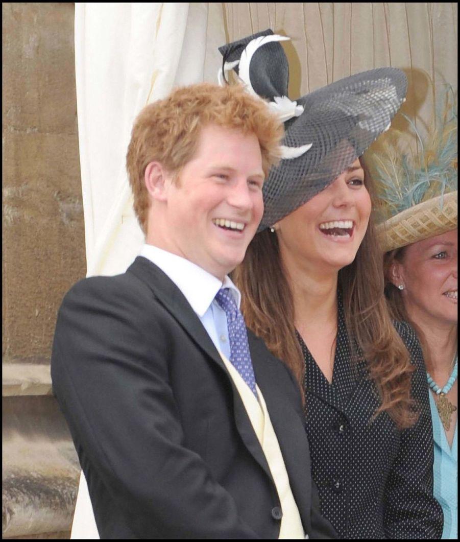 Kate Middleton et le prince Harry, regardent le prince William devenir chevalier de l'Ordre de la Jarretière, en juin 2008