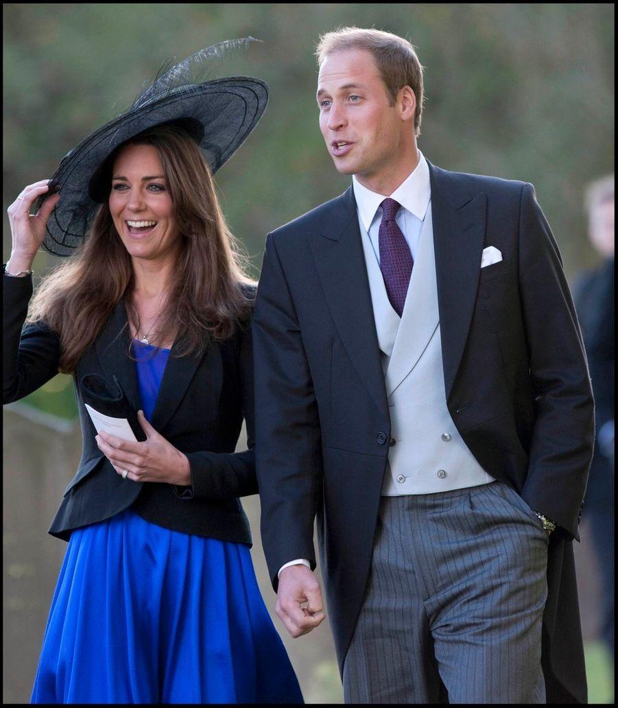 Kate Middleton et le prince William, au mariage d'Harry Meade et Rosie Bradford, le 23 octobre 2010 (trois semaines avant l'annonce des fiançailles)