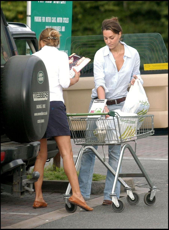Kate Middleton et sa mère Carole, au supermarché en aout 2005