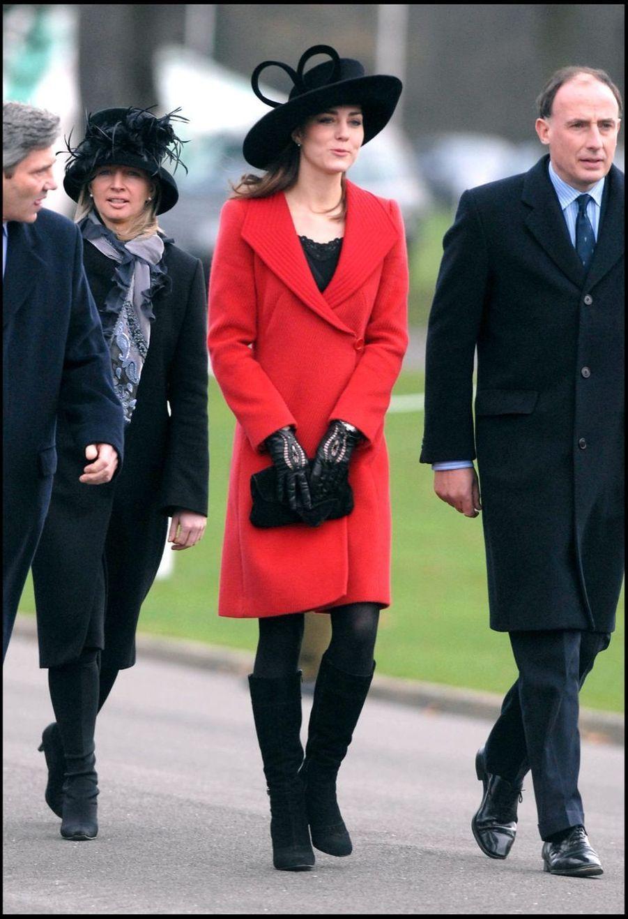 Kate Middleton regarde le prince William lors de la parade de l'école militaire de Sandhurst, en décembre 2006
