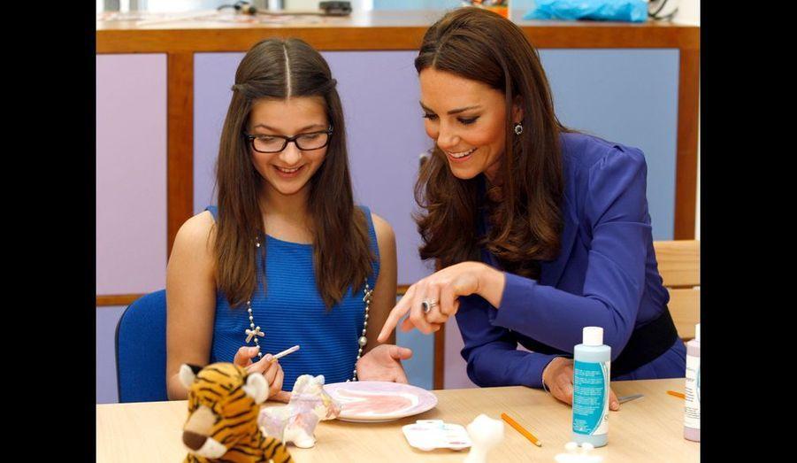 Qu'a dit Kate à cette adolescente qui a peint la forme de sa main dans une assiette ? Un petit rien, sans doute, mais qui suffit à la faire rayonner de bonheur.