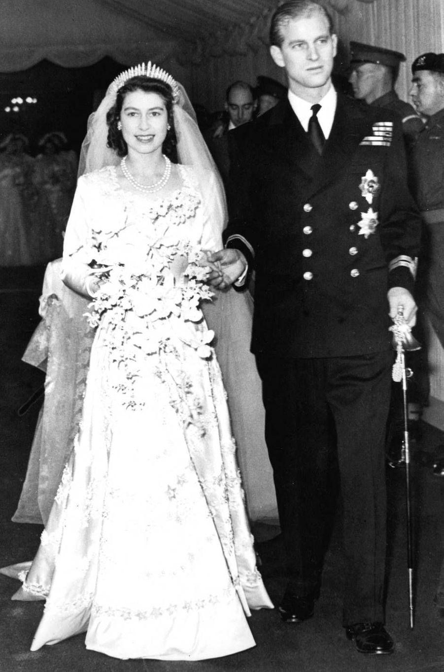 La reine Elizabeth II lors de son mariage au prince Philip, en 1947. Elle portait la Queen Mary Tiara.