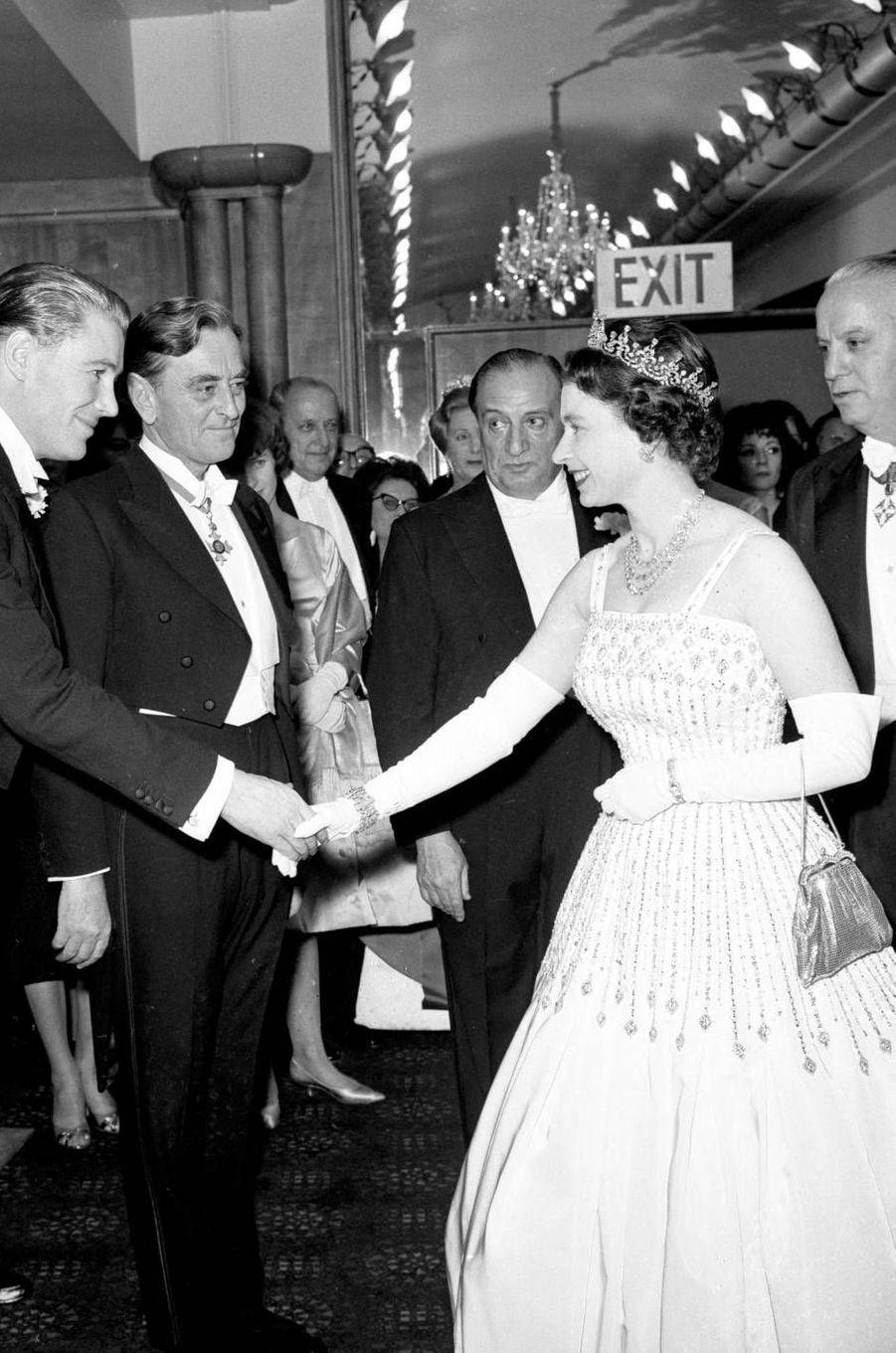 La reine Elizabeth II lors de la première de «Lawrence d'Arabie», en 1962. Elle portait une robeNorman Hartnell.