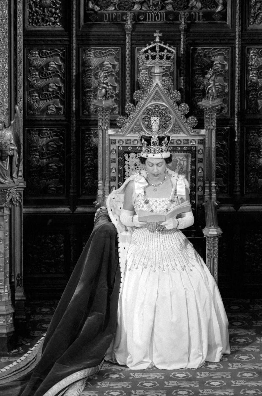 La reine Elizabeth II lors de la cérémonie d'ouverture du Parlement britannique en 1966. Elle portait une robeNorman Hartnell.