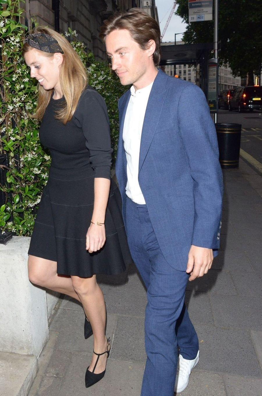"La princesse Beatrice d'York, portant son bracelet ""Juste un clou"" de Cartier, avec Edoardo Mapelli Mozzi, le 9 juillet 2019"