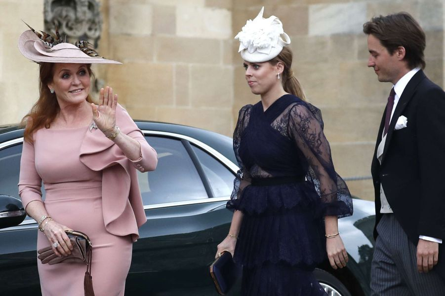"La princesse Beatrice d'York, portant son bracelet ""Juste un clou"" de Cartier, avec Edoardo Mapelli Mozzi et Sarah Ferguson, le 18 mai 2019"