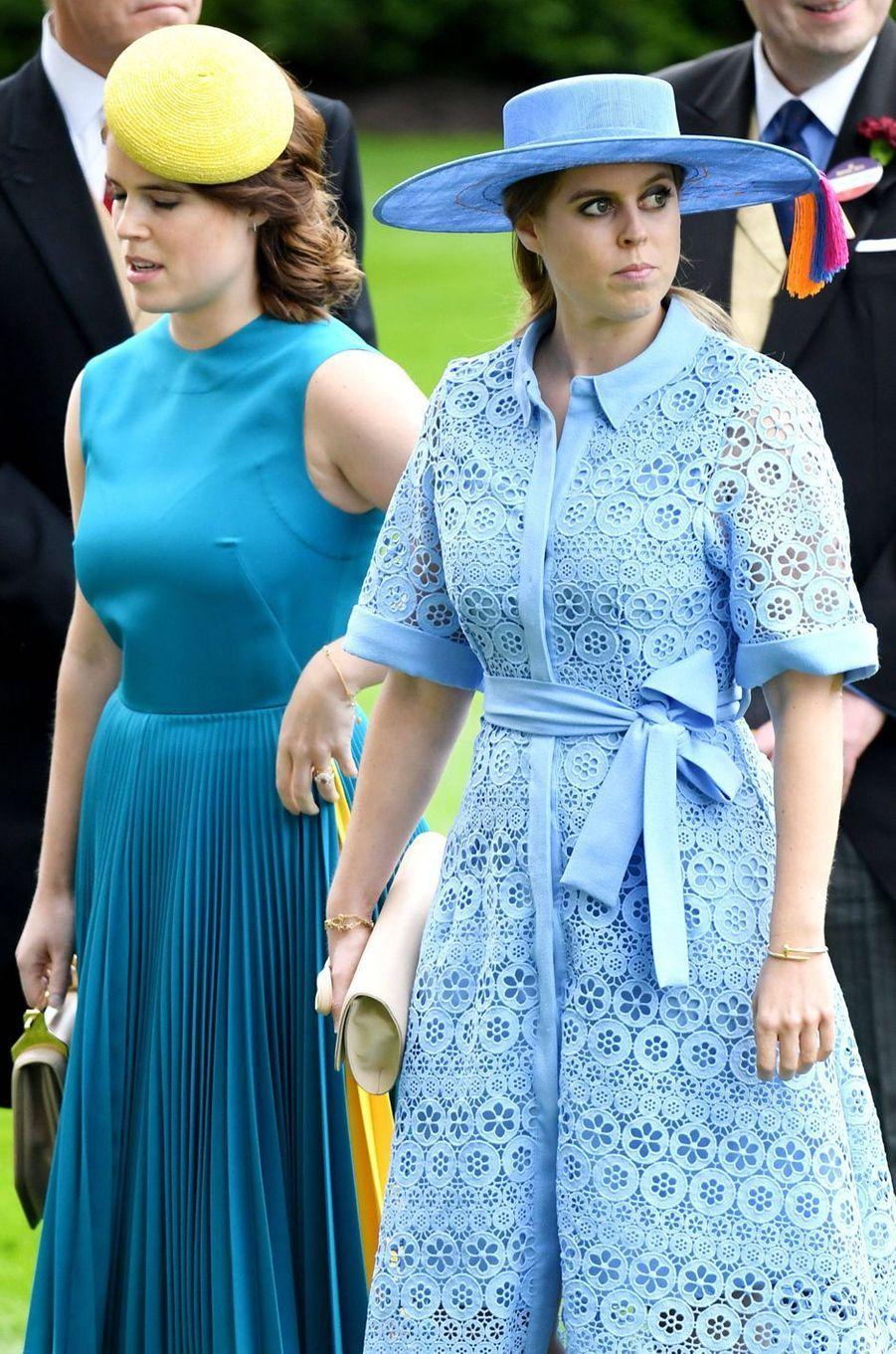 """La princesse Beatrice d'York, portant son bracelet """"Juste un clou"""" de Cartier, avec la princesse Eugenie, le 18 juin 2019"""