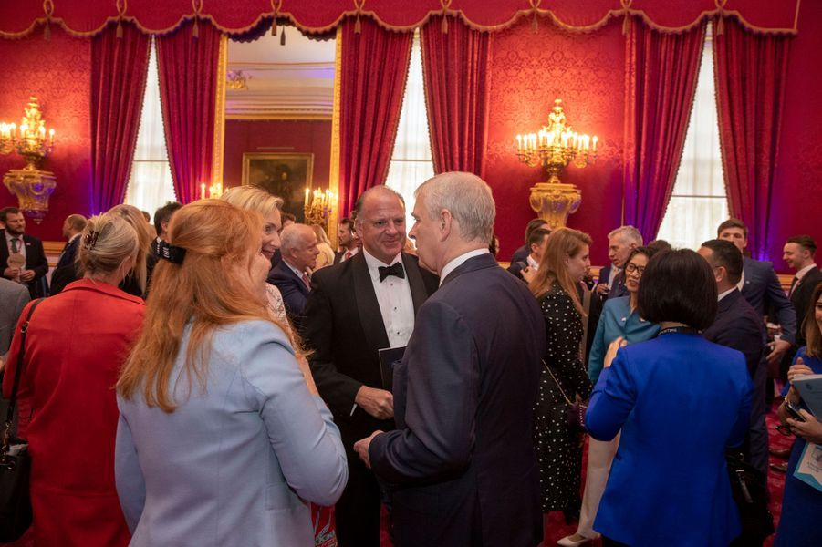Sarah Ferguson (de dos) et la princesse Beatrice d'York à Londres, le 12 juin 2019