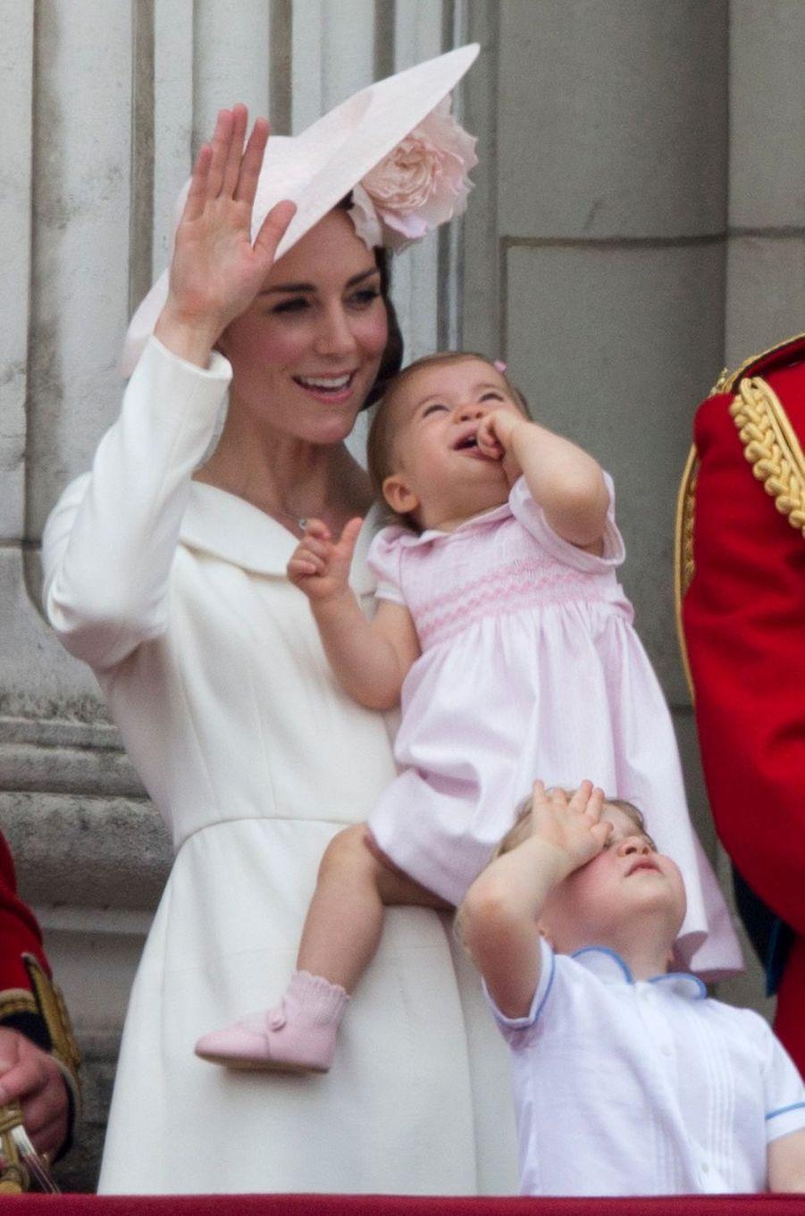 La princesse Charlotte de Cambridge avec sa mère Kate Middleton à Londres, le 11 juin 2016