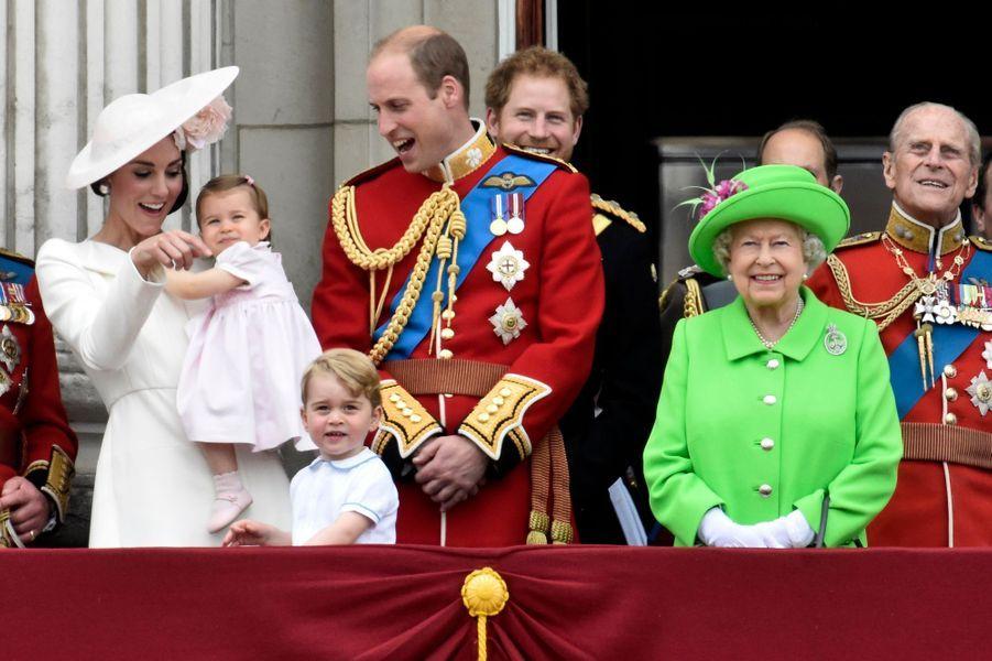 La princesse Charlotte de Cambridge avec la famille royale britannique à Londres, le 11 juin 2016