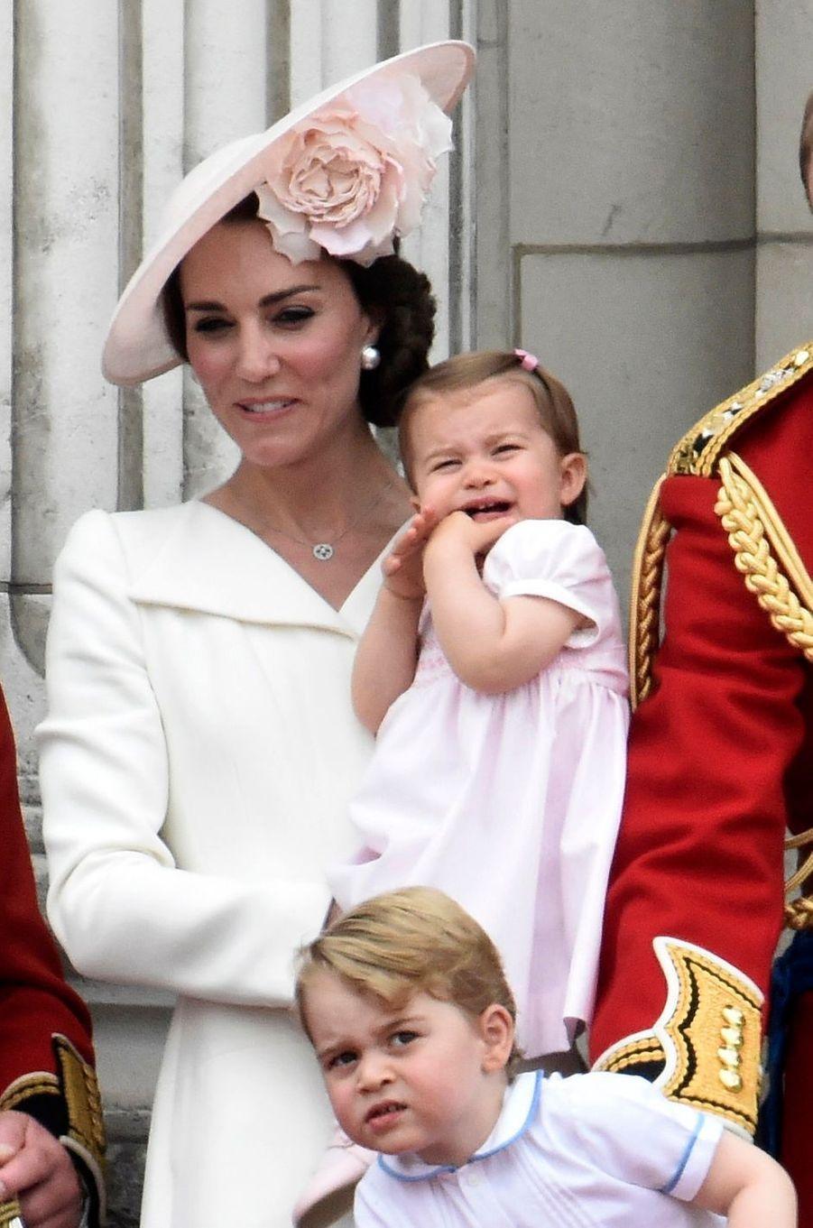 La princesse Charlotte de Cambridge avec sa mère Kate Middleton au balcon de Buckingham Palace à Londres, le 11 juin 2016