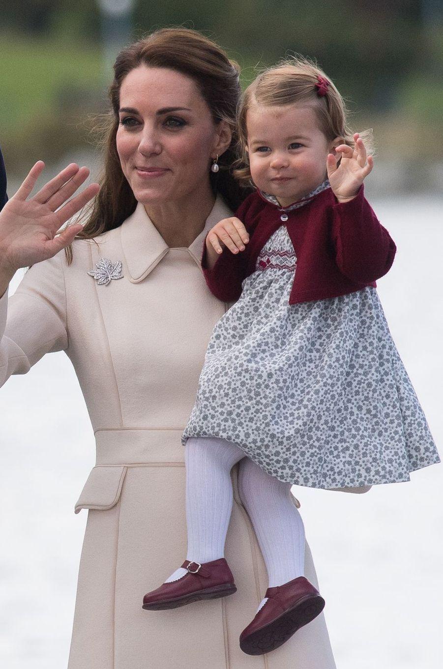 La princesse Charlotte de Cambridge avec sa mère Kate Middleton à Victoria au Canada, le 1er octobre 2016