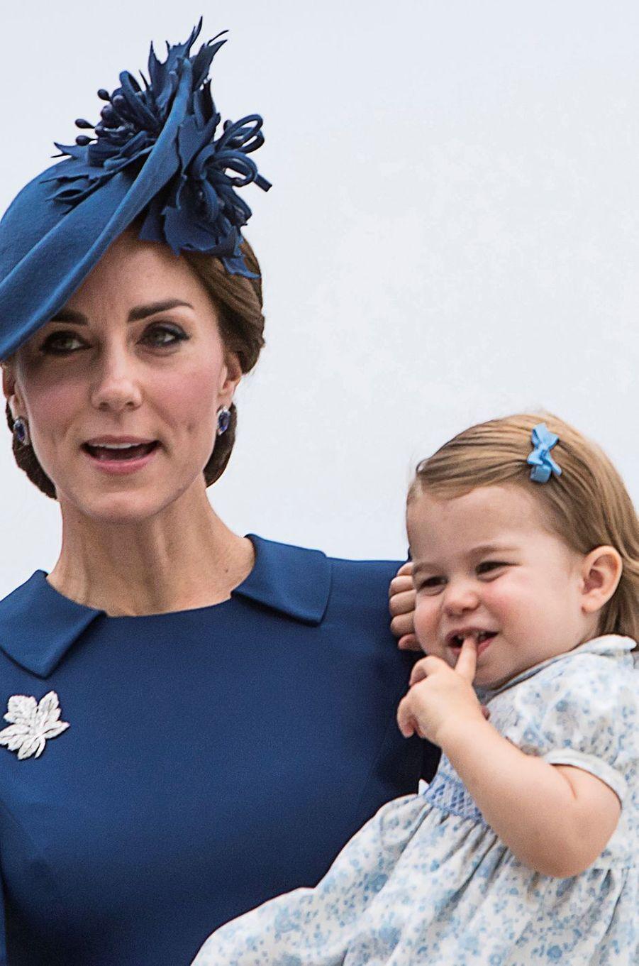 La princesse Charlotte de Cambridge avec sa mère Kate Middleton à Victoria, à leur arrivée au Canada, le 24 septembre 2016