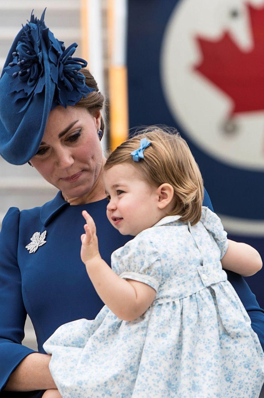 La princesse Charlotte de Cambridge avec sa mère Kate Middleton à Victoria au Canada, le 24 septembre 2016