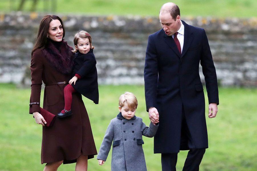 La princesse Charlotte de Cambridge avec ses parents et son frère le prince George à Englefield, le 25 décembre 2016