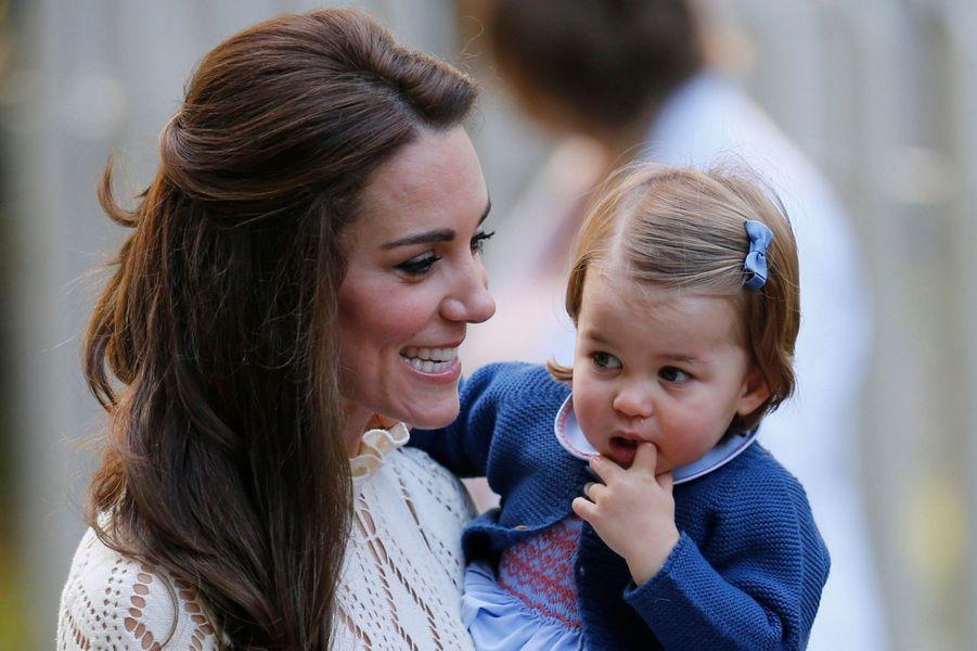La princesse Charlotte de Cambridge avec sa mère Kate Middleton à Victoria au Canada, le 29 septembre 2016