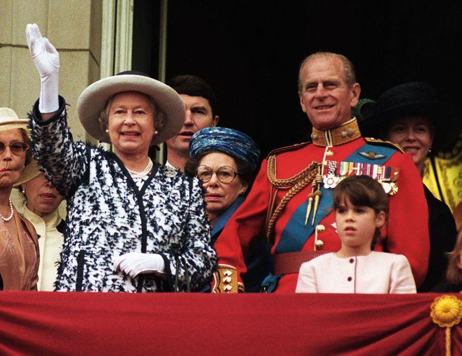 La princesse Eugenie d'York avec la reine Elizabeth II et le prince Philip, ses grands-parents, le 13 juin 1998