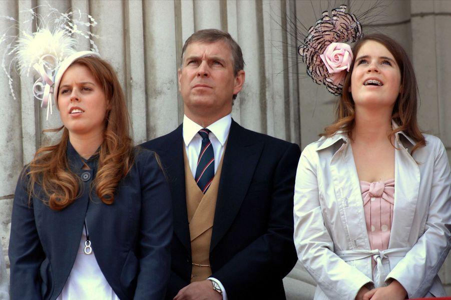 La princesse Eugenie d'York avec sa soeur aînée la princesse Beatrice et leur père le prince Andrew, le 17 juin 2006