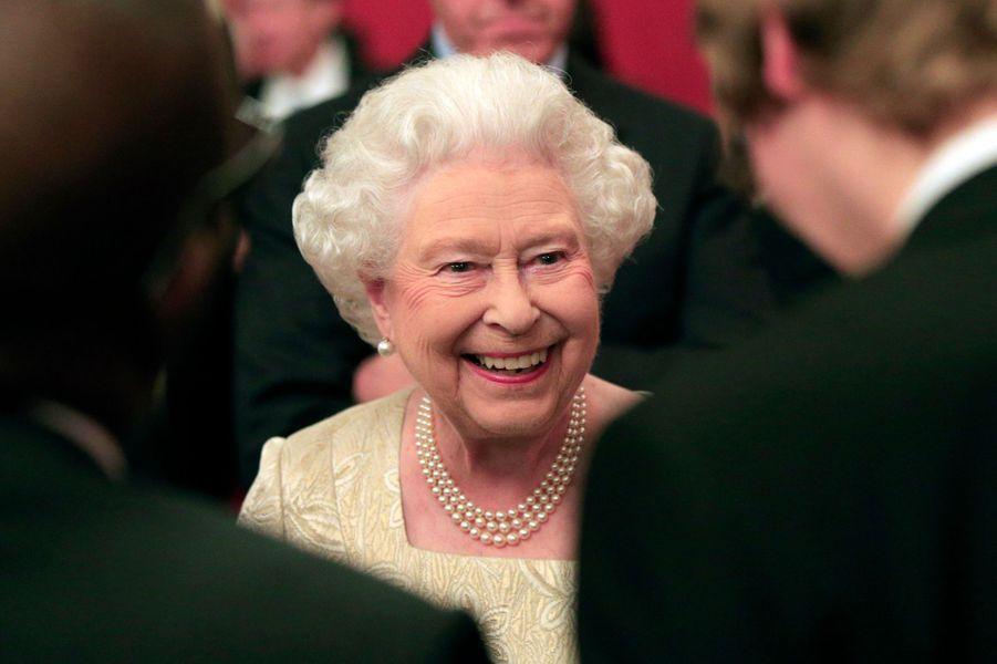 La reine Elizabeth II à Buckingham Palace, le 26 octobre 2015