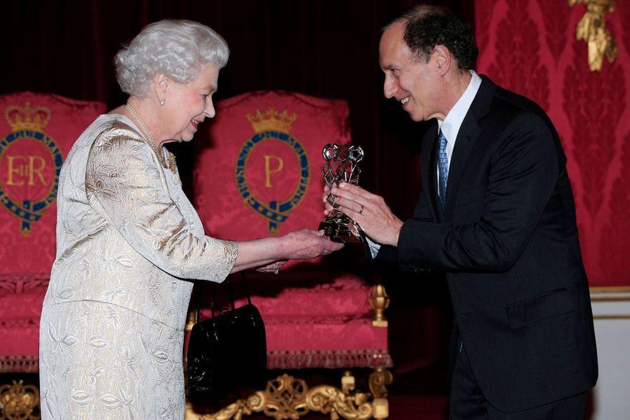 La reine Elizabeth II avec le Dr Robert Langer à Buckingham Palace, le 26 octobre 2015