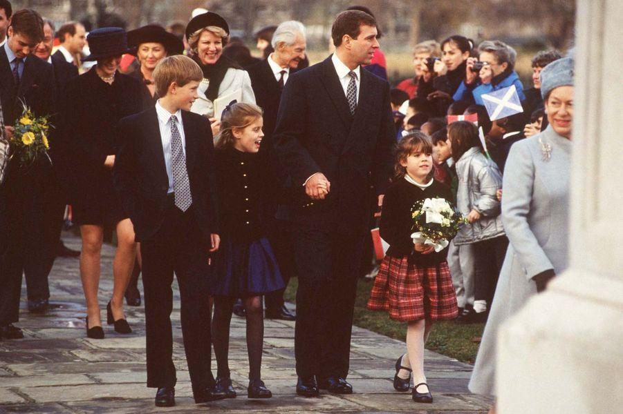 Le prince Harry avec ses cousines Beatrice et Eugenie à Londres en 1997.