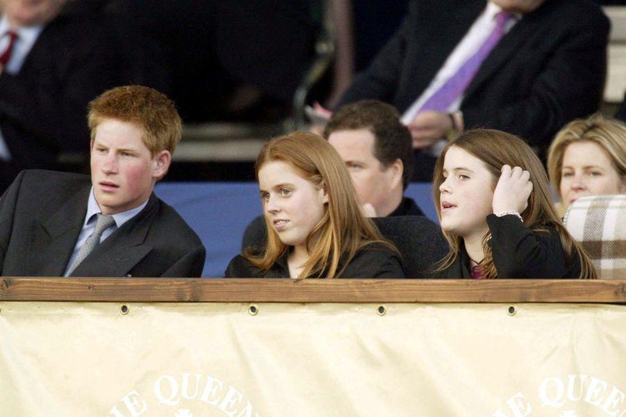 Le prince Harry accompagné de ses cousines Beatrice et Eugenie à Londres en 2002.