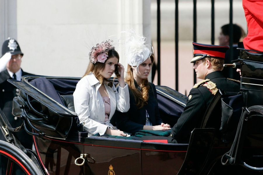 Le prince Harry face à la princesse Eugenie, accompagnés de la princesse Beatrice, à Londres en 2006.
