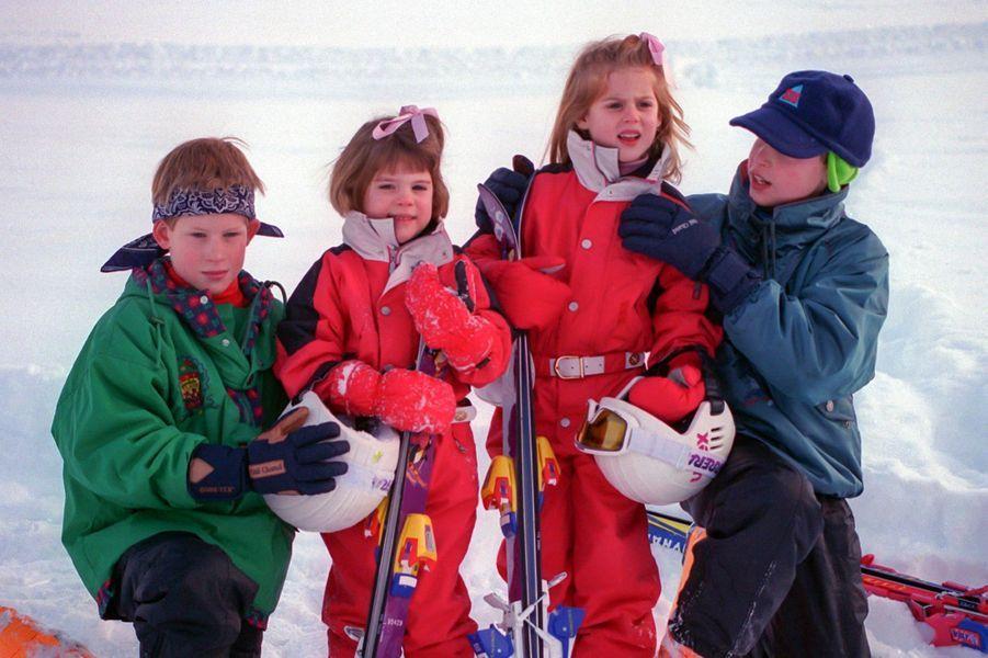 A gauche, le prince Harry et la princesse Eugenie, à droite, le prince William et la princesse Beatrice, en vacances à la montagne en Suisse, en 1995.