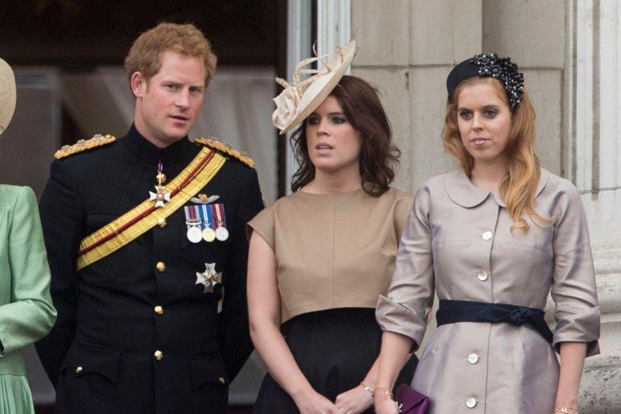 Le prince Harry à côté de la princesse Eugenie et la princesse Beatrice, à Londres en 2015.