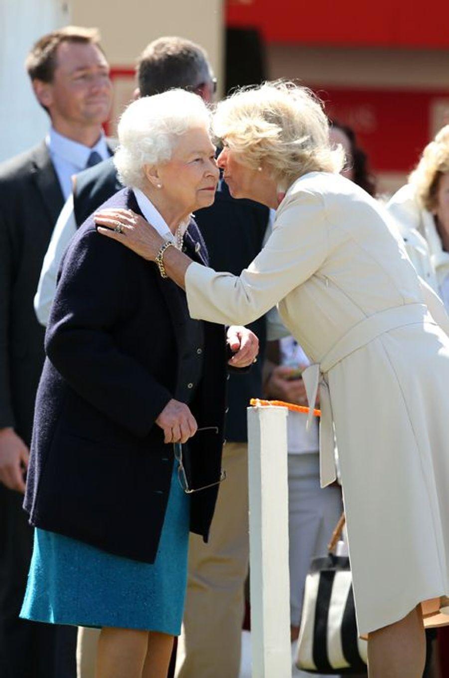 La reine Elizabeth II avec la duchesse de Cornouailles Camilla au Royal Windsor Horse Show, le 13 mai 2015