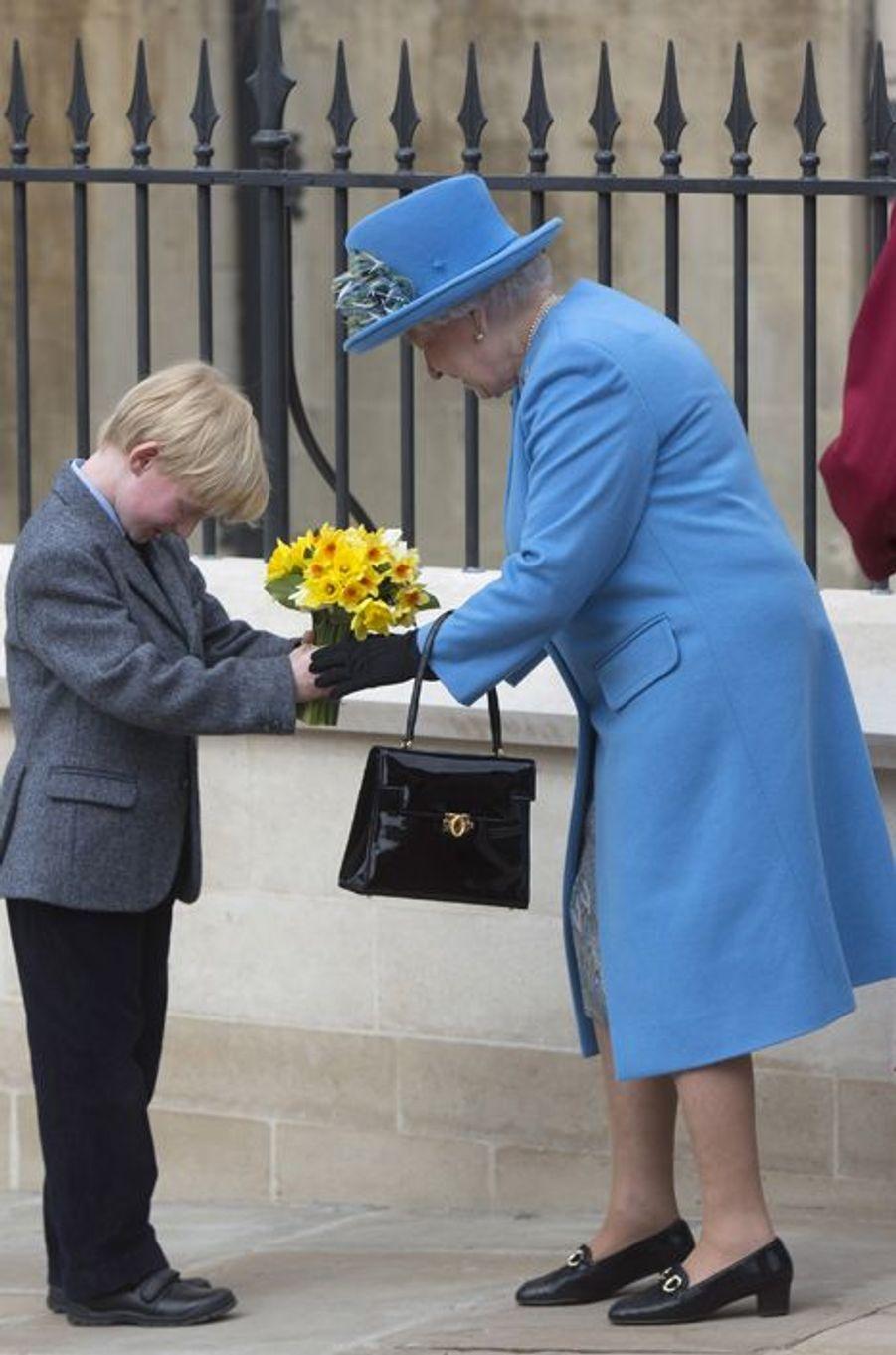 Le petit Milo Fairman remet un bouquet à la reine Elizabeth II à Windsor, le 5 avril 2015