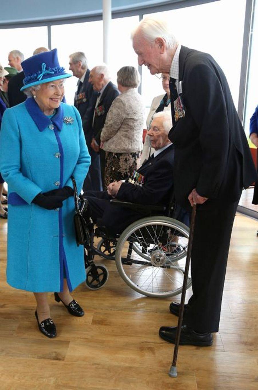 La reine Elizabeth II au Mémorial de la Bataille d'Angleterre à Capel-le-Ferne, le 26 mars 2015